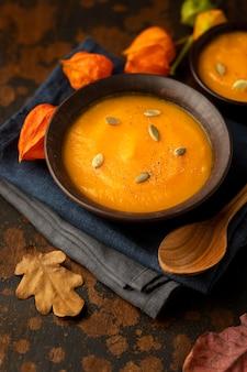Comida de outono, abóbora e sopa de cogumelos, vista panorâmica
