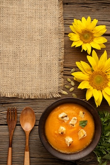 Comida de outono, abóbora e sopa de cogumelos, vista superior