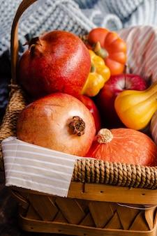 Comida de outono alto ângulo na cesta de piquenique