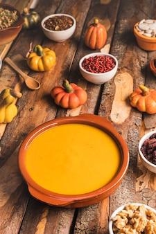 Comida de outono alto ângulo na mesa de madeira