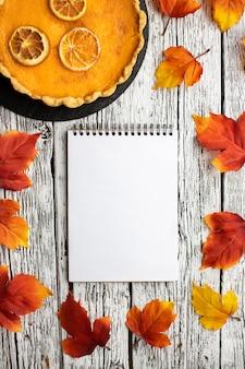 Comida de outono e bloco de notas vazio