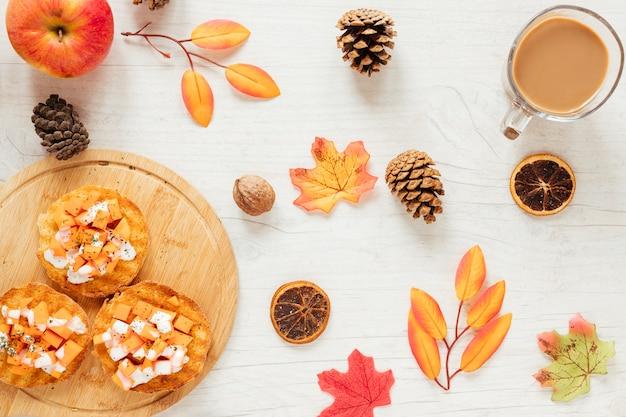 Comida de outono vista superior com fundo de madeira
