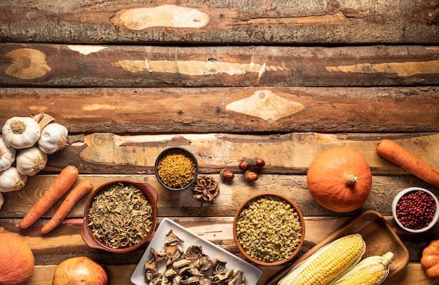 Comida de outono vista superior em fundo de madeira