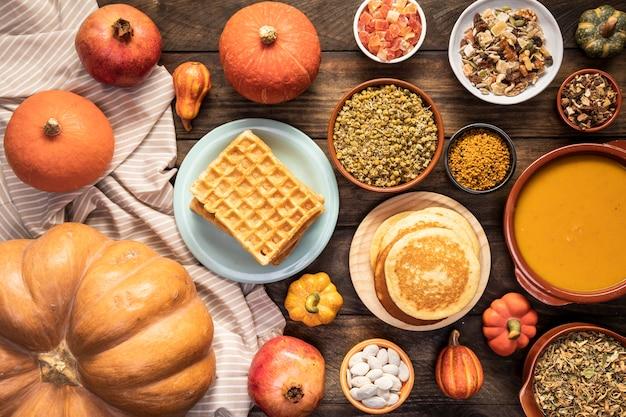Comida de outono vista superior na folha e fundo de madeira