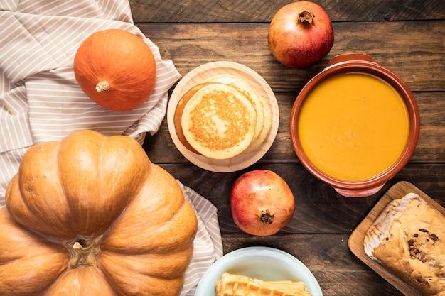 Comida de outono vista superior na folha listrada