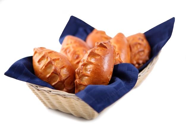 Comida de restaurante, patty recheada em cesta de vime, isolada no fundo branco.