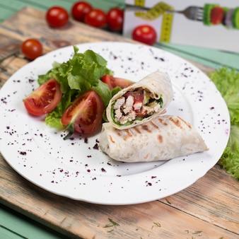 Comida de rua árabe shaurma com salada de legumes.