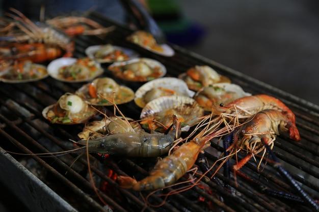 Comida de rua de frutos do mar grelhada