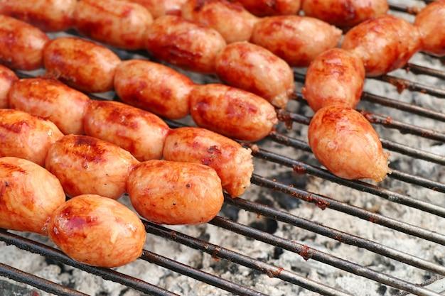 Comida de rua de salsichas de churrasco