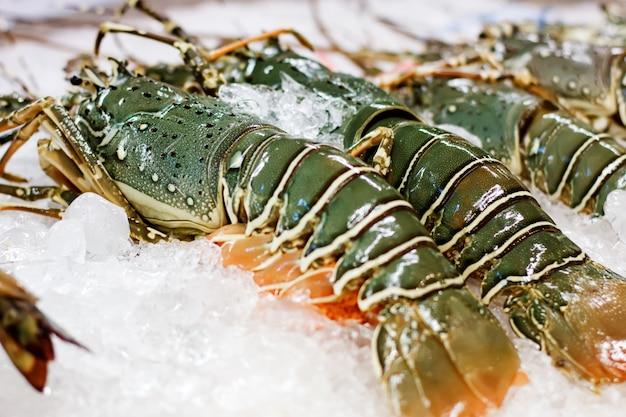 Comida de rua em close-up de lagostas espinhosas da ásia