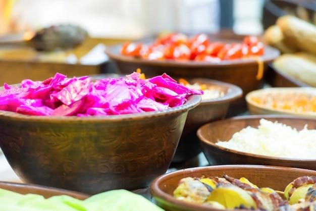 Comida de rua festiva de cozinha tradicional asiática no mercado