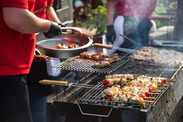Comida de rua fresca e saudável de frango com hortelã com legumes grelhados