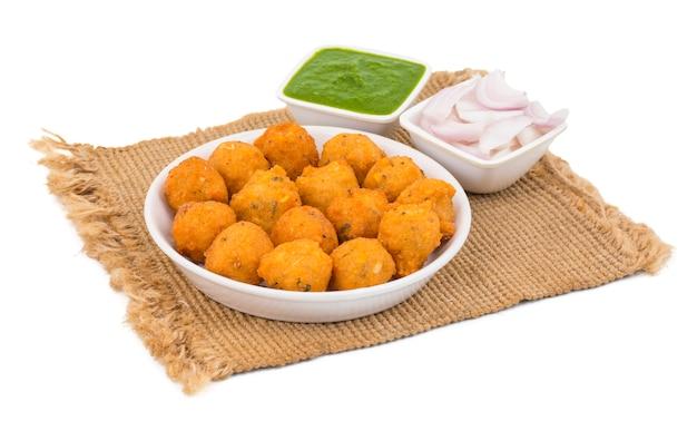 Comida de rua picante indiano dal vada em fundo branco