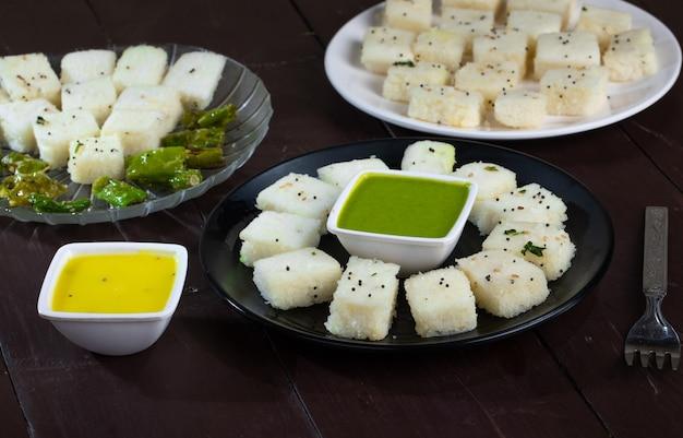 Comida de rua popular indiana khaman ou dhokhala