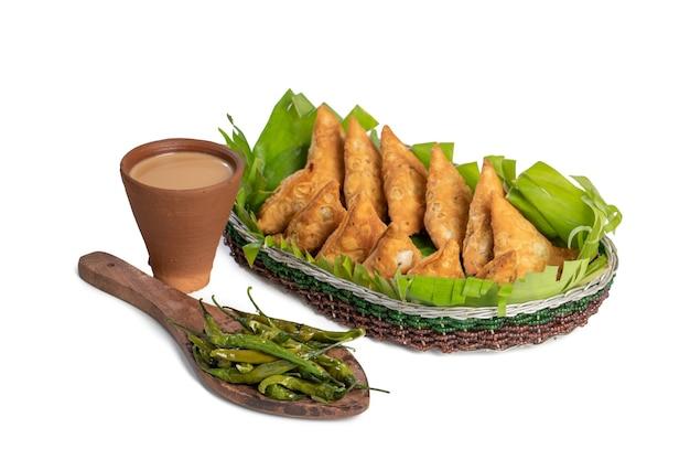Comida de rua tradicional indiana especial samosa ou samsa vegetariana