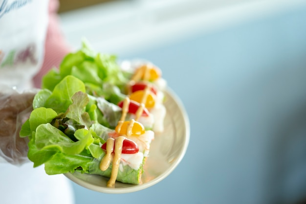 Comida de salada de amantes da saúde está se tornando popular na tailândia. sabor delicioso.