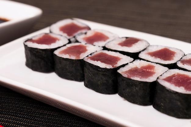 Comida de sushi de atum japonês, prato e arroz sashimi, alimentos orgânicos, frutos do mar, comida asiática