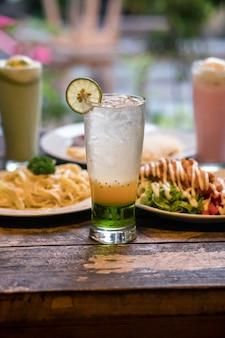 Comida deliciosa bebida flutuante de gelo indonésio