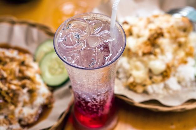 Comida deliciosa bebida indonésia ayam geprek ice tea