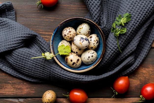 Comida deliciosa com ovos e tomates