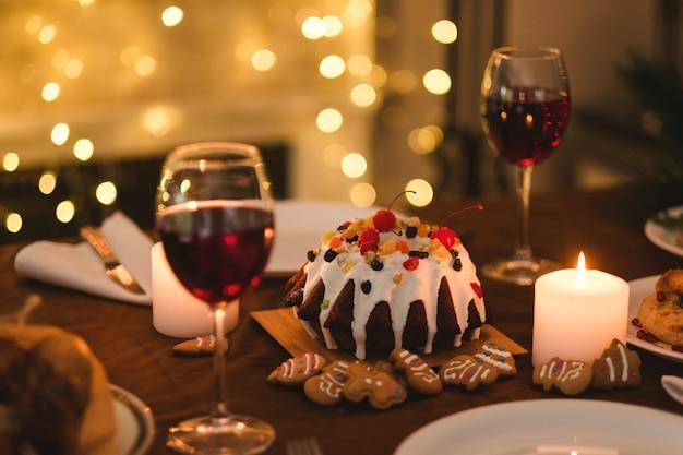 Comida deliciosa de férias e luz de velas