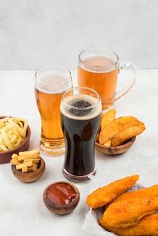 Comida deliciosa e copos de cerveja