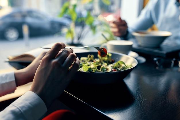 Comida deliciosa em um prato restaurante café uma xícara de café no fundo garfo de tomate vermelho