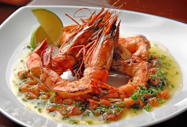 Comida deliciosa em um restaurante em um prato. camarão grelhado