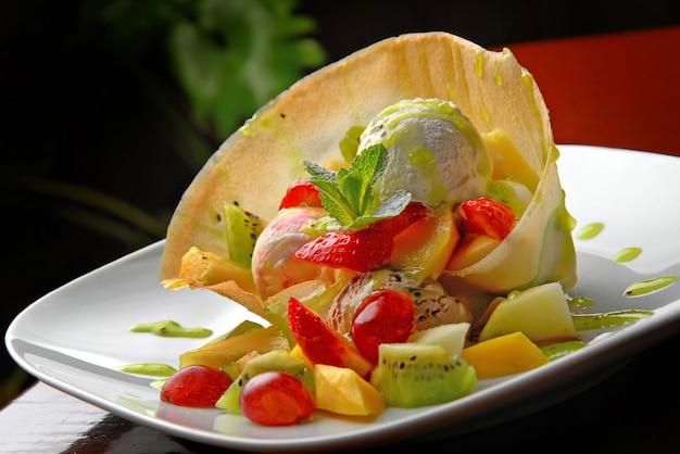Comida deliciosa em um restaurante em um prato. sorvete de frutas