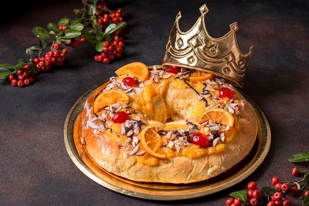 Comida do dia da epifania de alto ângulo com coroa de rei