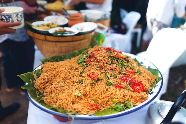 Comida do norte da tailândia no mercado mercado local de alimentos