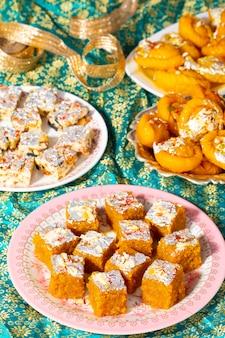 Comida doce especial indiana mung dal chakki com frutos secos sem açúcar ou chandrakala
