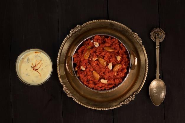 Comida doce indiana cenoura halwa ou gajar ka halwa com leite
