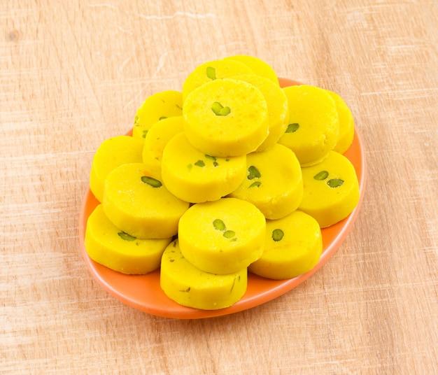 Comida doce indiana kesar peda