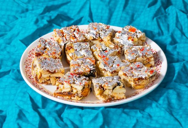 Comida doce indiana sem açúcar frutos secos