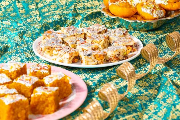 Comida doce popular indiana sem açúcar frutos secos com mung dal chakki ou chandrakala