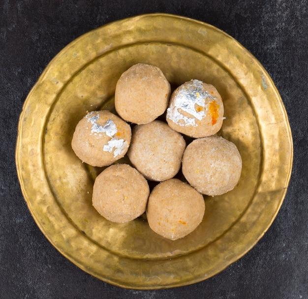 Comida doce tradicional indiana gehu ke laddu