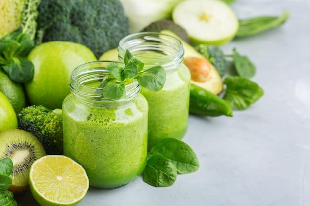 Comida e bebida, dieta e nutrição saudáveis, estilo de vida, conceito vegano, alcalino, vegetariano. smoothie verde com ingredientes orgânicos, vegetais em uma mesa de cozinha moderna