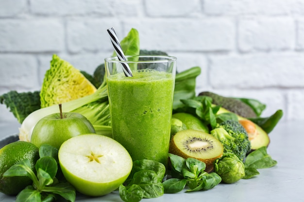 Comida e bebida, dieta e nutrição saudável, estilo de vida, conceito vegano, alcalino, vegetariano. smoothie verde com ingredientes orgânicos, vegetais em uma mesa de cozinha moderna