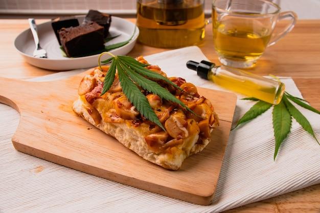 Comida e bebida e óleo de cannabis na mesa de jantar. conceito de medicina alternativa.