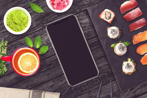 Comida e smartphone em sushibar