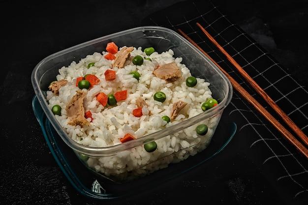Comida em tupperware pronto para comer