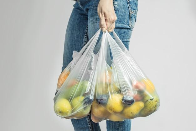 Comida em um saco plástico. compras.