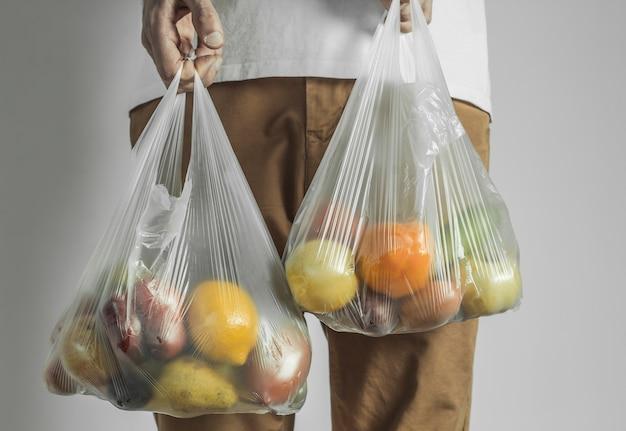 Comida em um saco plástico.
