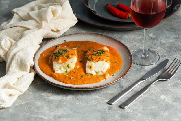 Comida espanhola. bacalhau à vizinha, basco style bacalhau