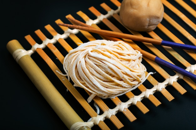 Comida fresca crua oriental caseira asiática, macarrão de ovo chinês