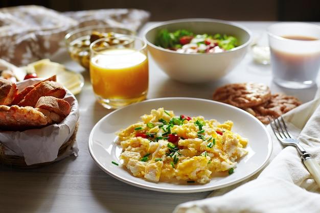 Comida fresca de pequeno-almoço. ovos mexidos e suco de laranja.