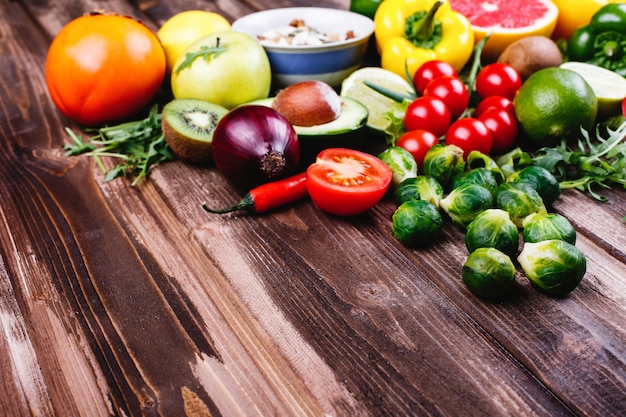 Comida fresca e saudável. avocabo, couve de bruxelas, pepino, pimentão vermelho, amarelo e verde Foto gratuita