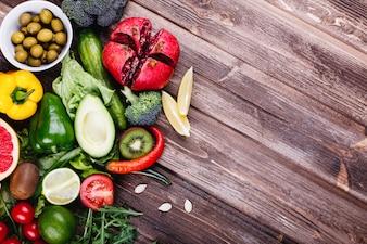 Comida fresca e saudável. Avocabo, couve de bruxelas, pepino, pimentão vermelho, amarelo e verde