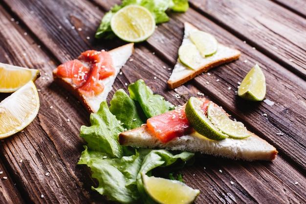Comida fresca e saudável. café da manhã ou almoço idéias. pão com queijo, abacate e salmão